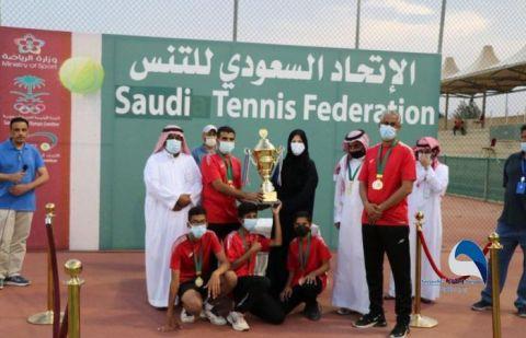 رئيسة الاتحاد السعودي للتنس تتوج الوحدة بطلاً ذهبياً لتنس للناشئين